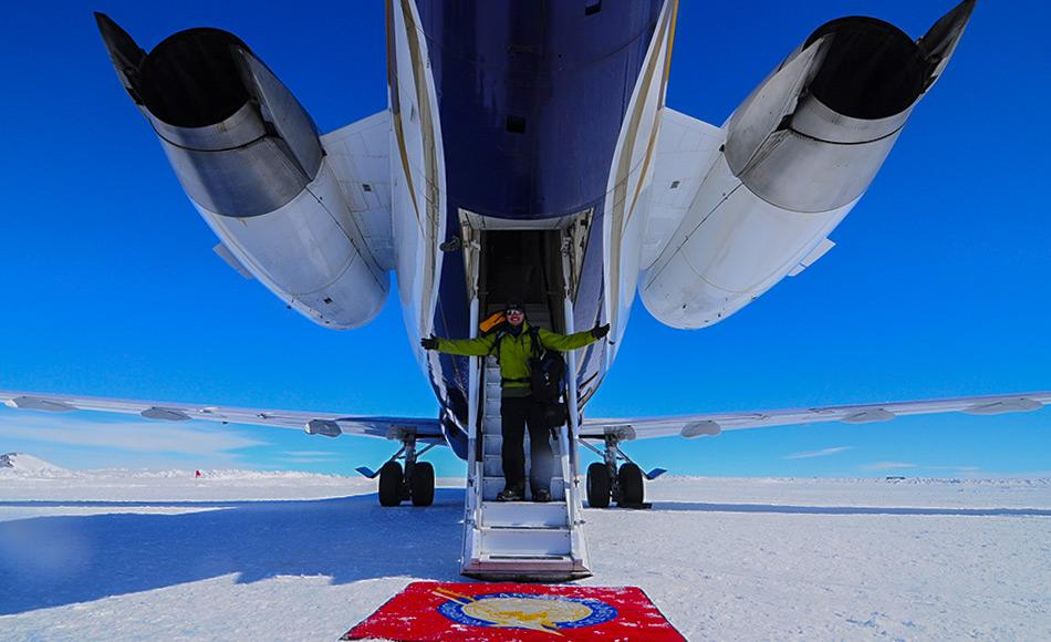 Ankunft in der Antarktis am Unknown International Airport. Bild: White Desert