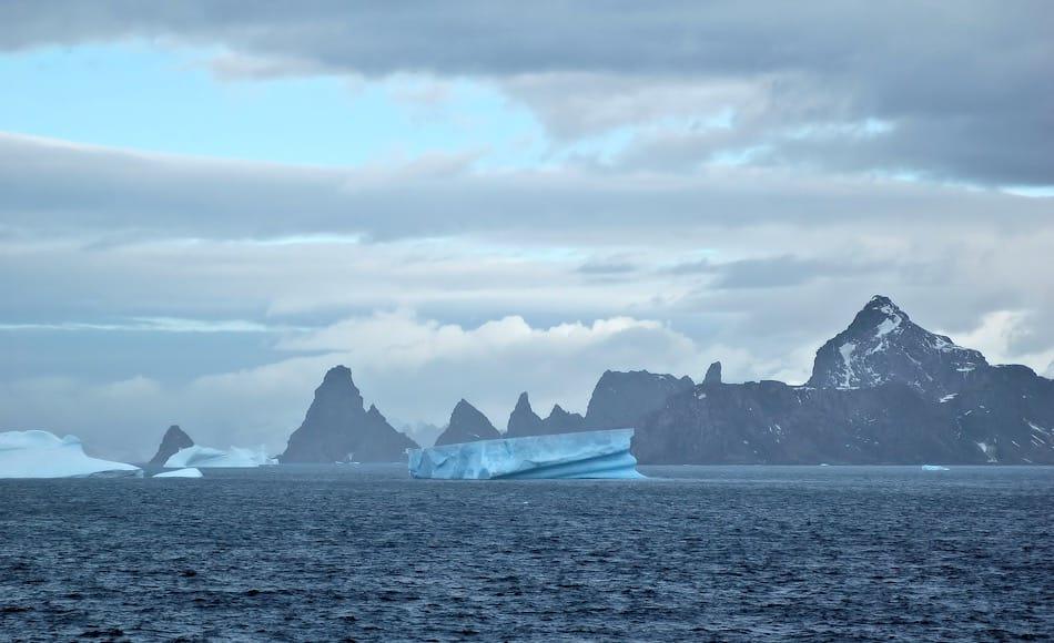 Die subantarktischen Südorkney-Inseln sind extrem abgelegene Inseln mitten im Südpolarmeer. Auf den Inseln sind neben Pinguinen und Robben nur noch argentinische (Laurie Island) und britische (Signy Island) Forscher zuhause. Und die Briten scheinen vor Jahrzehnten Mücken auf Signy gebracht zu haben.