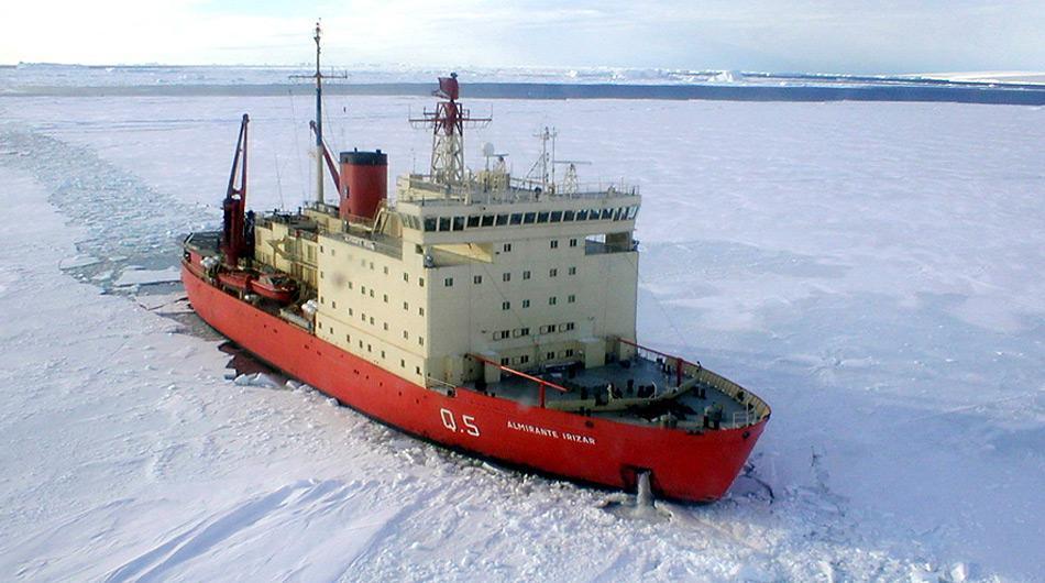 Der argentinische Eisbrecher «Almirante Irizar» eilte zur «Magdalena Oldendorf». Gemeinsam sollten beide den 1100 Kilometer breiten Eisgürtel durchbrechen.