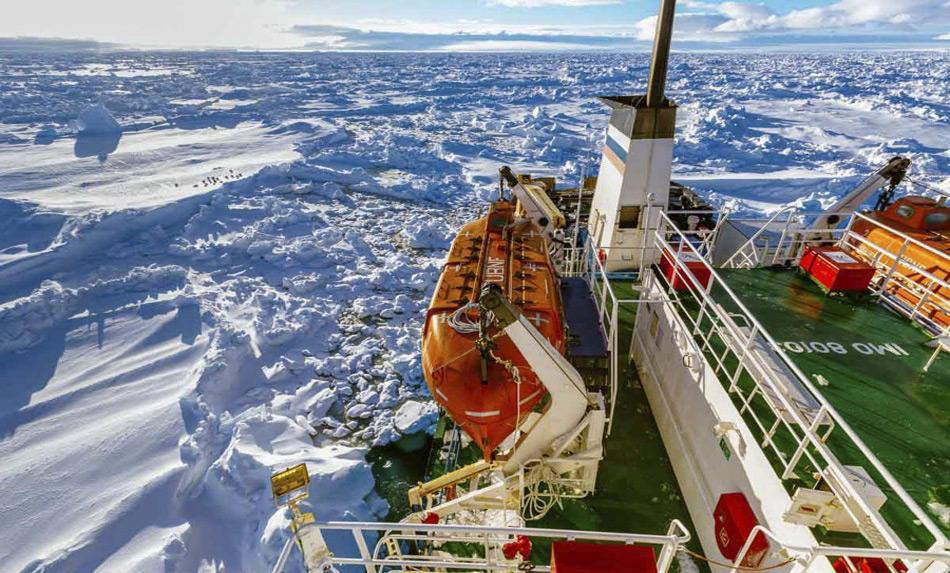 Starke Winde trieben das Treibeis der Commonwealth Bay in Richtung Süden und schloss das Schiff ein.