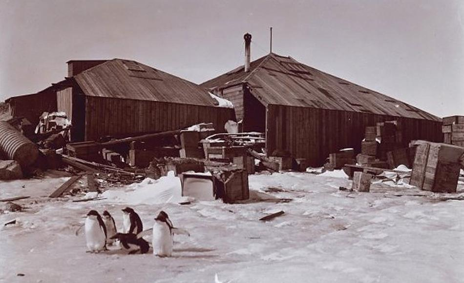 Eine alte Aufnahme der Hütten, die Mawson und seine Männer gebaut hatten. Unter den Expeditionsmitgliedern befand sich auch ein Schweizer, Xavier Mertz, der sein Leben auf einer der Touren mit Mawson 1913 verlor.