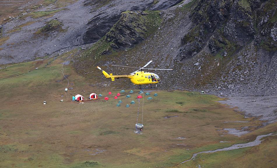 Um die Köder erfolgreich in den verschiedenen Gebieten zu verstreuen, musste ein grosser logistischer Aufwand betrieben werden, u.a. mit Camps mitten im Nirgendwo und 3 Hubschraubern. Photo: Tony Martin, SGHT