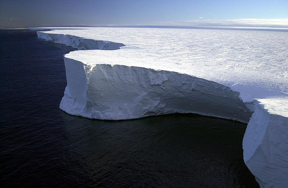 Wenn Eisschelfe auseinanderbrechen, entstehen riesige Tafeleisberge. Einer der bekanntesten war der B-31, der im Jahr 2000 vom Rosseisschelf abbrach und rund 295 km Länge aufwies. Er zerbrach im Laufe der Jahre in mehrere Eisberge, unter anderem in B-15A © Josh Landis, NSF