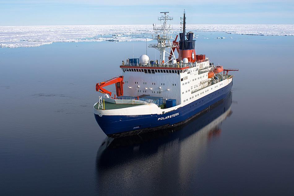 Der deutsche Forschungseisbrecher Polarstern treibt für Forschungsarbeiten über dem Bereich der 'Aurora' Hydrothermalquellen am Westlichen Gakkel Rücken bei ca. 82¡53'N und 6¡15'W. Foto: Stefanie Arndt, AWI