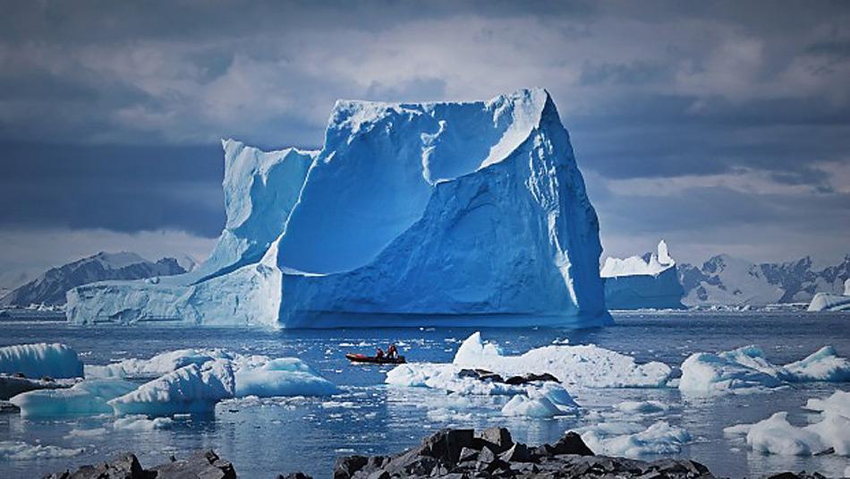 Gestrandete Eisberge in der Nähe der Adelaide Insel bei der Antarktischen Halbinsel. Die Antarktische Halbinsel ist eine der sich am schnellsten erwärmende Regionen des Kontinents. Bis zum Ende diesem Jahrhundert könnte der Beitrag der Antarktis zum globalen Meeresspiegelanstieg 40 cm betragen. Foto: Nicholas Golledge