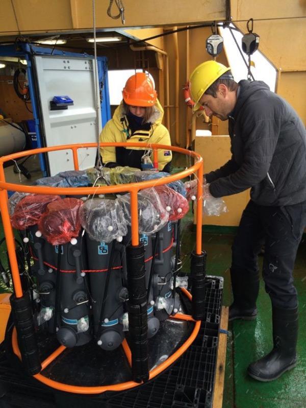 Die Produktivität des Meerwassers kann durch das Untersuchen von Spurenelementen gemessen werden. Hier bereiten Forscher eine Spurenelementrosette vor, die Konzentrationen von Eisen im Wasser sammelt. Eisen gilt als Dünger für pflanzliches Plankton. Bild: Rob King