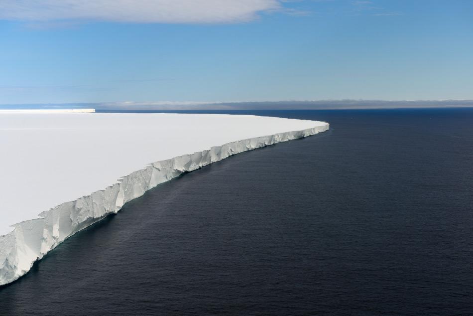 Der antarktische Eisschild bedeckt mehr als 98 Prozent Antarktikas und ist die grösste Ansammlung von Süsswasser weltweit. Die Gletscher ragen weit in die umgebenden Ozean hinein und bilden massive Eisschelfe. Sollte das gesamte Eis der Antarktis schmelzen, würden die Meeresspiegel global gesehen um mehr als 60 Meter ansteigen. Bild Michael Wenger