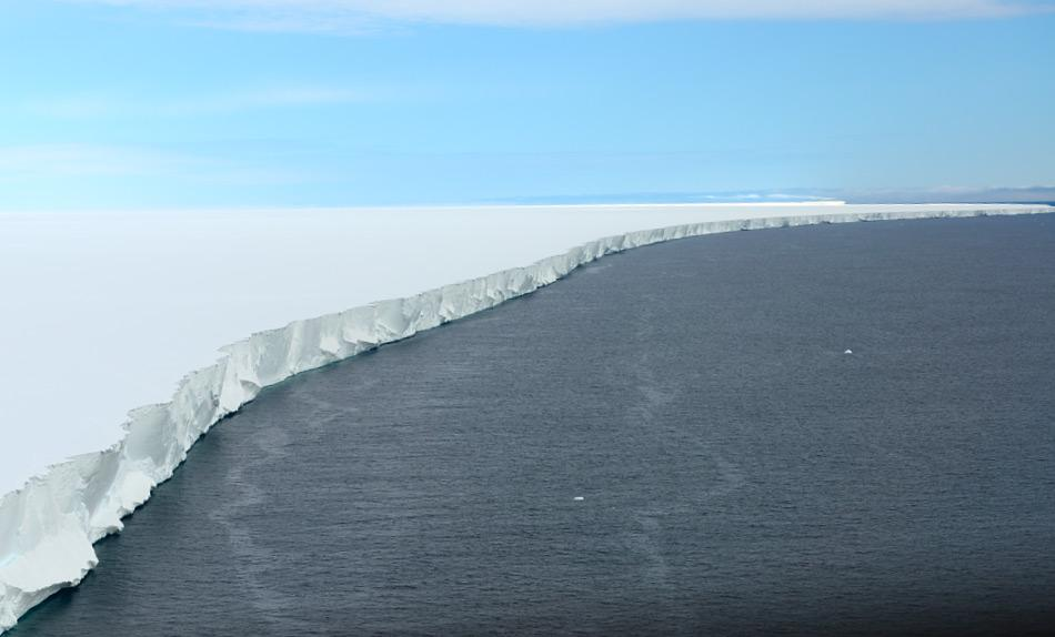 Meereis um Antarktika bildet sich durch gefrorenes Meerwasser und umgibt den Kontinenten wie einen Gürtel. Obwohl in einigen Gebieten das Eis das ganze Jahr bestehen bleibt, bildet sich der grösste Teil jedes Jahr aufs Neue. Bild: Michael Wenger