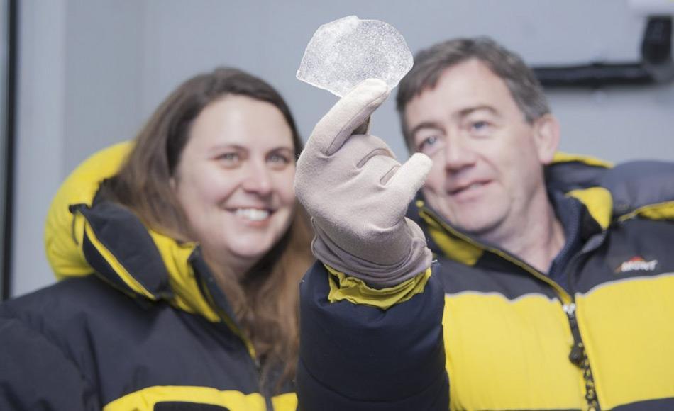 Privatdozentin Nerilie Abram von der Australian National University und Glaziologe Dr. Mark Curran von der Australian Antarctic Division betrachten einen Eiskern. Eisbohrkerne aus Grönland und der Antarktis bieten die Möglichkeit die Temperaturen auf der Erde in der Vergangenheit zu rekonstruieren. Bild: Oliver Berlin