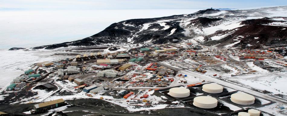 Die US-Station McMurdo ist die grösste Basis auf dem gesamten Kontinent. Während des Sommers leben und arbeiten dort mehr als 1'000 Menschen. Sie bildet den Brückenkopf für Flüge zum Südpol. Bild: Gaelen Marsden