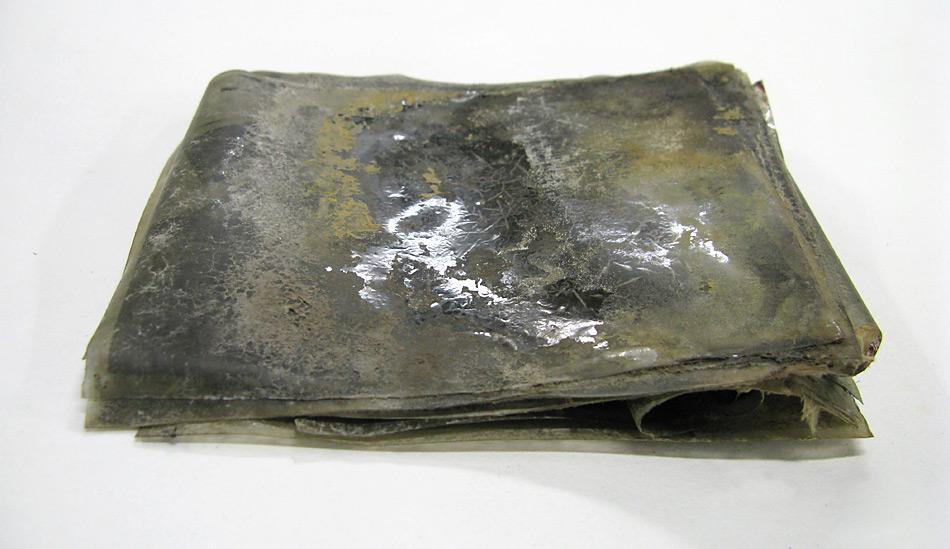 Kaum zu glauben, dass aus diesem zusammengeklebten Haufen brauchbare Bilder hergestellt werden konnte. Die Zellulosenitrat Negative, so wie sie gefunden wurden. Bild: Antarctic Heritage Trust www.nzaht.org