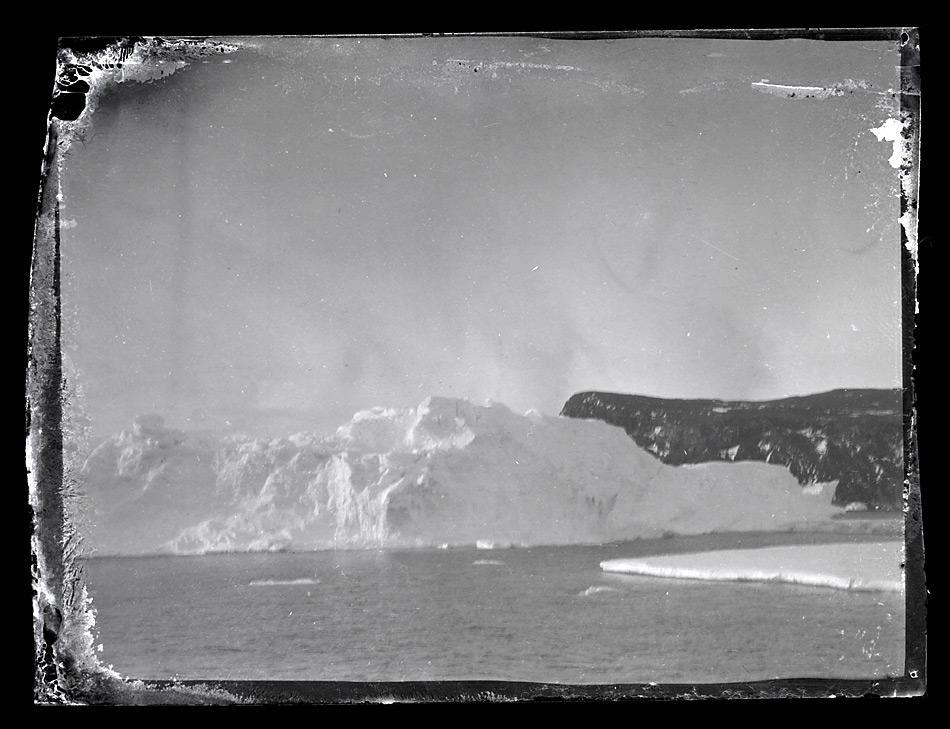 Eines der New Zealand's Antarctic Heritage Trust aufbereiteten Bilder zeigt ein Eisberg vor Ross Island. Bild: Antarctic Heritage Trust www.nzaht.org