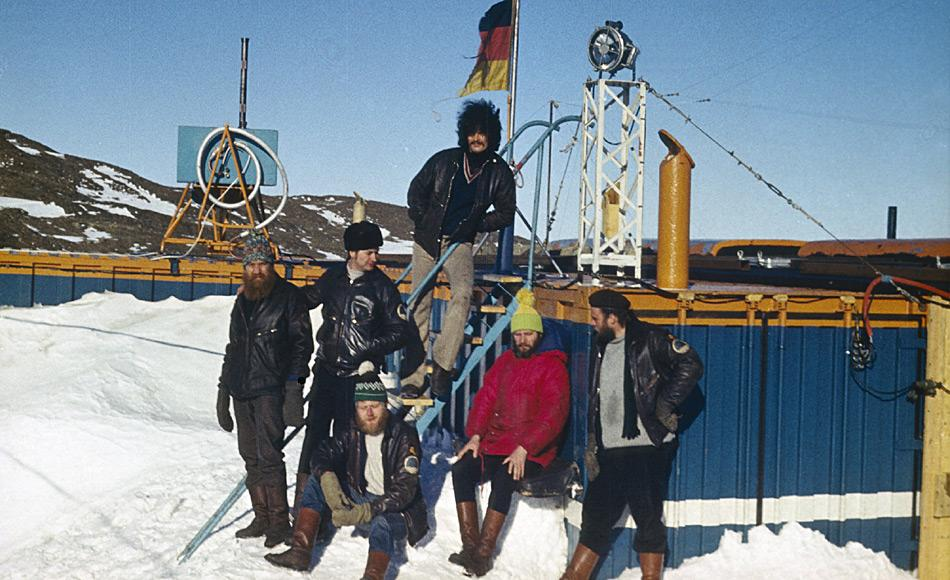 Das erste Überwinterungsteam: Günter Stoof (oben stehend), (v.l.n.r) Hans Fischer, Wolfgang Probst, Hartwig Gernandt (sitzend), Werner Passehl, Wolfgang Teschner. Foto: AWI