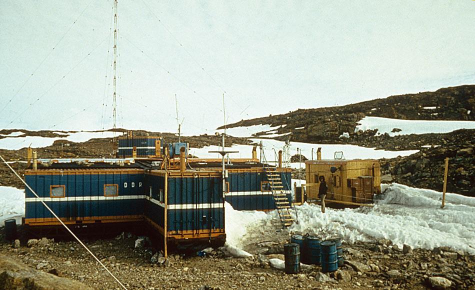 Die Georg-Forster-Station in der Schirmacher-Oase. Diese ist ein 25 km langes und bis zu 3 km breites, schnee- und eisfreies Hügelplateau mit über 100 Süsswasserseen. Foto: AWI