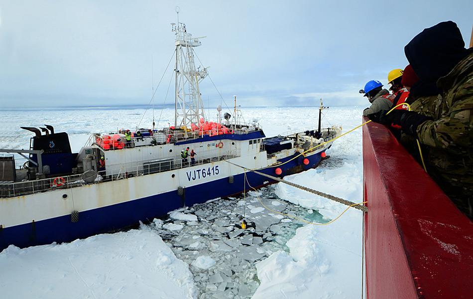 Mitglieder der Polar Star werfen eine Schleppleine zur Crew der Antarctic Chieftain rüber, am 15. Feb. 2015. (Foto: U.S. Coast Guard / George Degener)