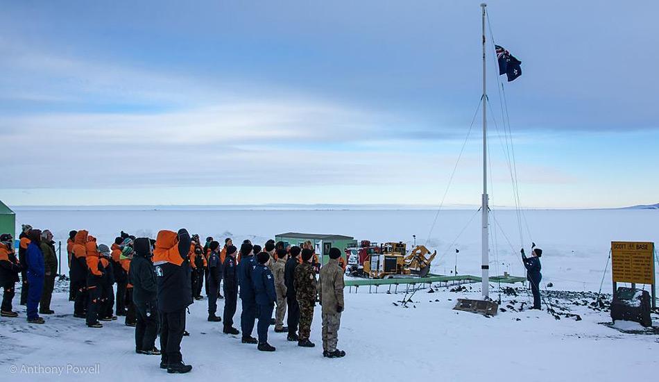 Der Flaggenwechsel markiert den Wechsel von Winter- zu Sommerbelegschaft an der Scott Base. Die traditionelle Zeremonie fand am 10. Oktober statt. Foto: Anthony Powell, FrozenSouth.com