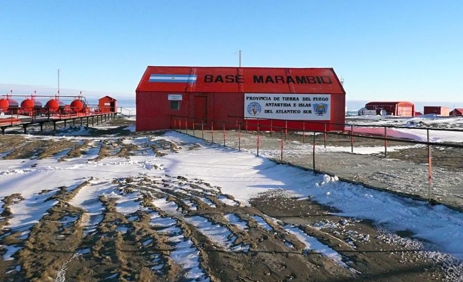Die argentinische Station Marambio liegt auf der Ostseite der antarktischen Halbinsel im Weddellmeer. Sie ist die am häufigsten von Flugzeugen angesteuerte Station und beherbergt zwischen 55 und 150 Leute pro Jahr.