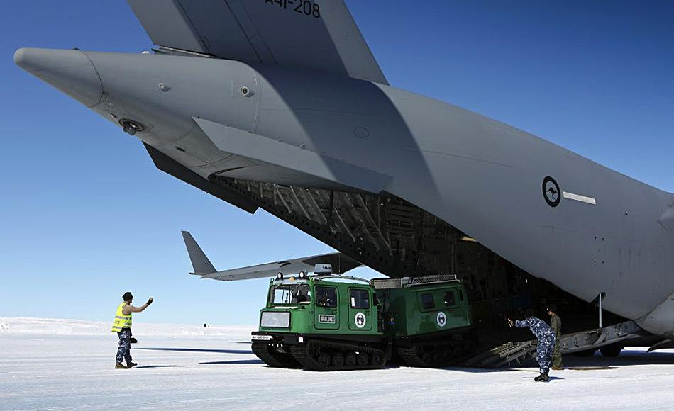 Ein Hägglunds, ein schwimmfähiges Schnee Fahrzeug wird bei Wilkins entladen. Foto: David Said /RAAF