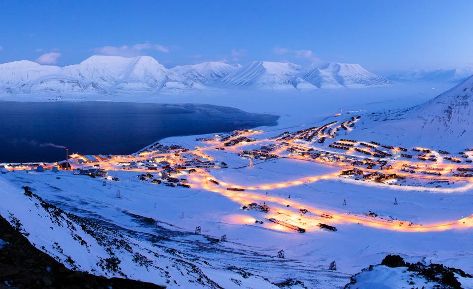 Longyearbyen, das 1906 vom US-Amerikaner John Munroe Longyear gegründet worden war, verdankt seine Entstehung der Kohle, die in den umliegenden Hügeln gefunden wurde. Über die Jahre wurden insgesamt 7 Minen in die Hügel gegraben, um die Kohle abzubauen und zu verschiffen. Bild: Sysselmann