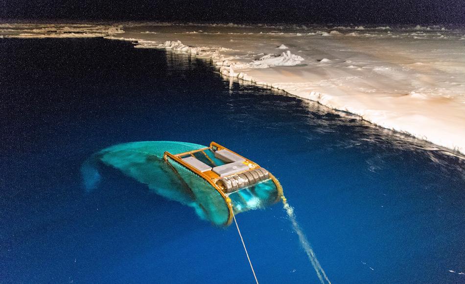 Um Daten unter dem Eis zu erhalten, nutzen die Forscher moderne Netze wie das SUIT-Netz. Das Netz kann unter dem Meereis abtauchen und dort nach Organismen fischen. (Foto: Jan van Franeker – IMARES)