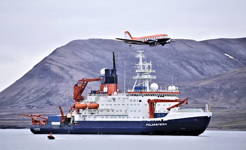 Das Forschungsfluzeug Polar 5 überfliegt das Forschungsschiff Polarstern bei einem Zwischenstopp auf Spitzbergen. Foto: Alfred-Wegener-Institut / Thomas Krumpen