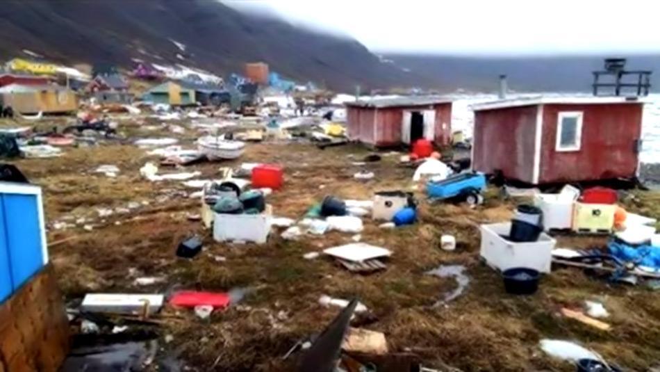 Dieses Bild aus einem Facebook-Video zeigt die Küste von Nuugaatsiaq nachdem die Wellen die Gemeinde an der Westküste Grönlands getroffen hatten. Bild: CBC / Angie K Nielsen