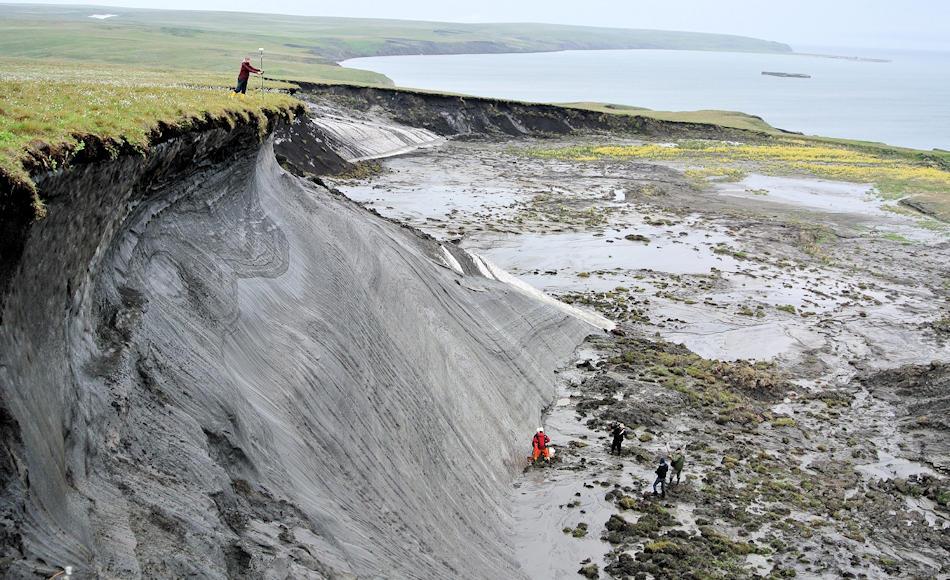 In der kanadischen Arktis wurde auf Herschel Island der Rückgang der Küstengebiete in einem Langzeitmessungsprojekt beobachtet. Zwischen 2 – 30 Meter pro Jahr zieht sich die Küste zurück und setzt dabei Methan frei. Nicht zum ersten Mal. Bild: Boris Radosavljevic