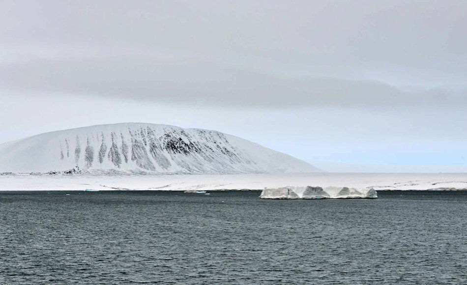 """Der russische Inselarchipel Sewernaja Semlja liegt an der russischen Nordmeerküste vor der Taymyr Halbinsel und trennt die Karasee von der Laptevsee. Die rund 75 Inseln sind stark vergletschert und auf Komsomolets Island liegt der grösste russische Gletscher, der """"Akademie der Wissenschaft""""-Gletscher mit einer Mächtigkeit von bis zu 749 Meter. Bild: Ansgar Walk"""