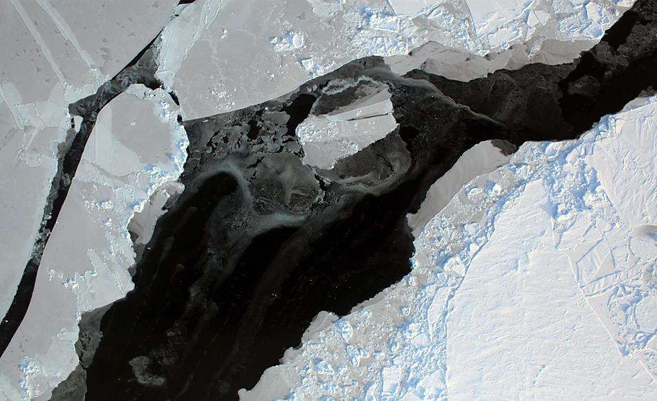 Die Satellitenaufnahme der NASA zeigt, wie das arktische Meereis aufbricht. © NASA Goddard Space Flight Center