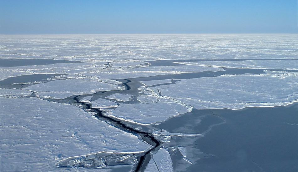Offene Wasserstellen am Nordpol. Bereits im April ist das Eis im Bereich des Nordpols instabil.