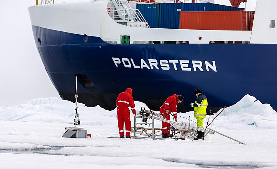 Installation von Untereissensoren bei einer Eisstation. Foto: AWI, Stefan Hendricks