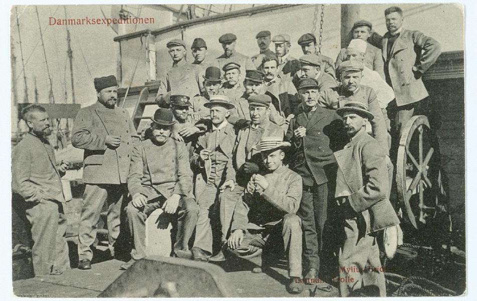 Die Danmark-Expedition von 1906 – 08 hatte die Kartographierung der letzten unbekannten Gebiete Grönlands zum Ziel. Wegener (Hinten, 2.v.r.) baute dabei die erste Wetterstation auf Grönland. Bild: Martin Johannes Kundstrup