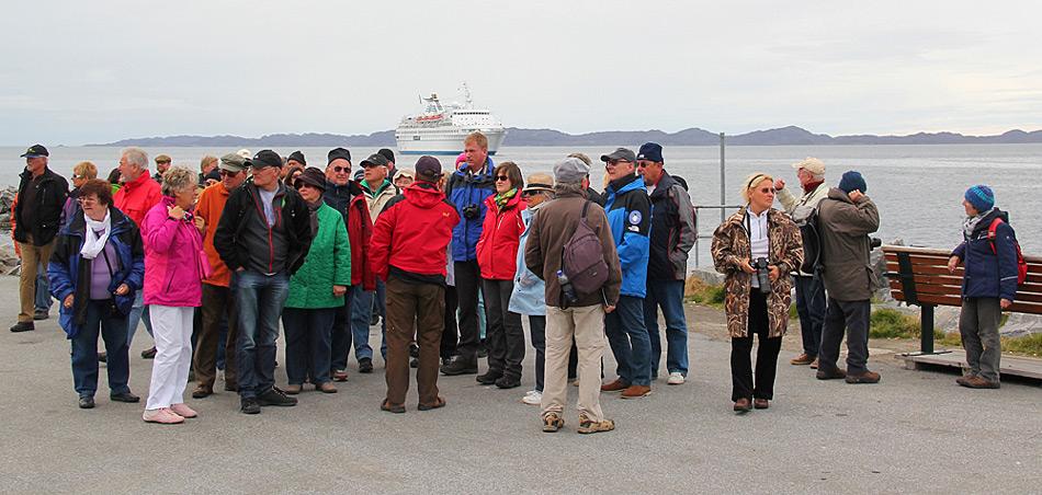 Etwas verwirrt stehen die Gäste der MS Delphin im Hafen von Nuuk herum. Bild: Benny Kokholm