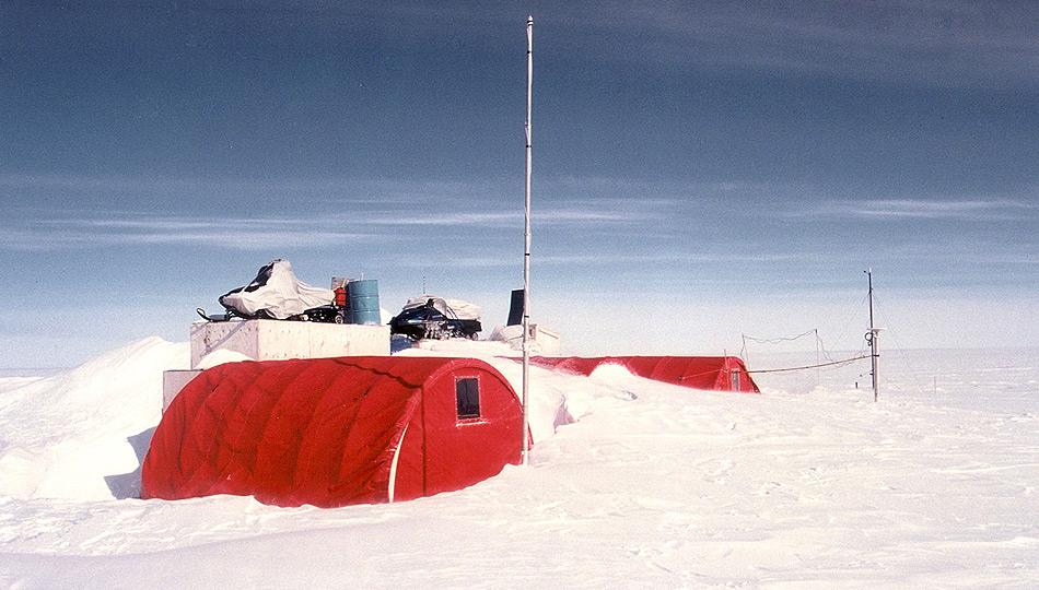 Die ETH in Zürich und Lausanne betreiben schon seit 1990 in Grönland rund 80 km nordöstlich von Ilulissat eine Forschungsstation Dort wurden mit internationalen Partnern mehrere Projekte erfolgreich durchgeführt. Foto: John Maurer, NSIDC