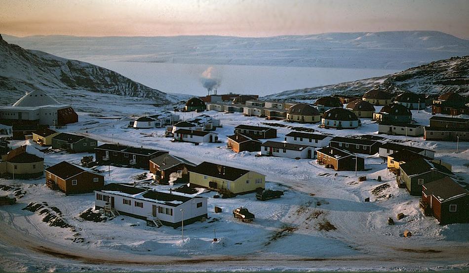 Nanisivik ist eine ehemalige Minenstadt in Nunavut, in der Blei und Zink bis ins Jahr 2002 abgebaut wurde. Sie liegt rund 20 Kilometer östlich von Arctic Bay, einem bekannten Ort auf der Nordwestpassage-Route der Kreuzfahrtschiffe.