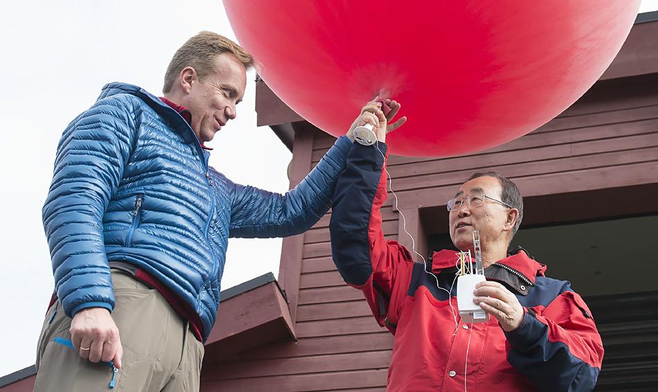 Uno-Generalsekretär Ban Ki-Moon bei seinem kurzen Besuch an der AWIPEV Station auf Spitzbergen. Er startete den Ballon zusammen mit Børge Brende, norwegischer Minister für auswärtige Angelegenheiten. Foto: Shadé Barka Martins