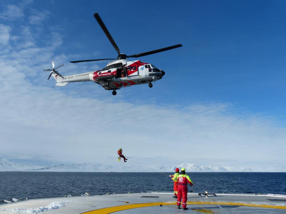Such- und Rettungsmissionen beinhalten häufig Schiffs- und Hubschrauberoperationen, um Passagiere in Sicherheit zu bringen. Dies erfordert aber eine perfekte Koordination. Bild: Arild Lyssand