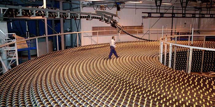 Die Seekabel werden auf überdimensionalen Kabelrollen aufgewickelt, bevor sie auf das Schiff verladen werden. Eine dieser Rollen kann bis zu 7.000 Tonnen wiegen.