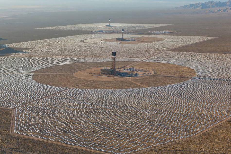 Solarkraftwerke in Wüsten sind keine Science-Fiction, sondern bereits Realität. Beispielsweise das Ivanpah-Werk in der Mojavewüste in Nevada, USA oder ein geplantes Netzwerk von Solarfarmen in der Sahara. Bild: Business Wire