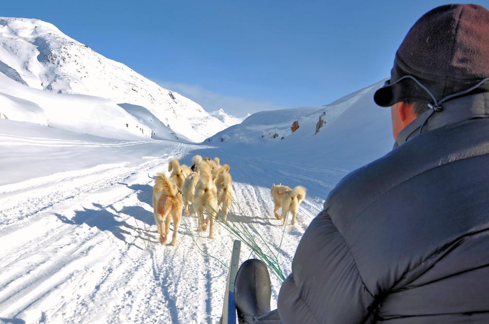 Grönlands Bewohner versuchen den Spagat zwischen Tradition und Moderne. Dies ist kein einfaches Unterfangen auf einer Insel, die zu über 80 Prozent von Eis bedeckt ist und viele der alltäglichen Dinge importiert werden müssen und wo Strassen nur gerade in den Orten vorhanden sind.