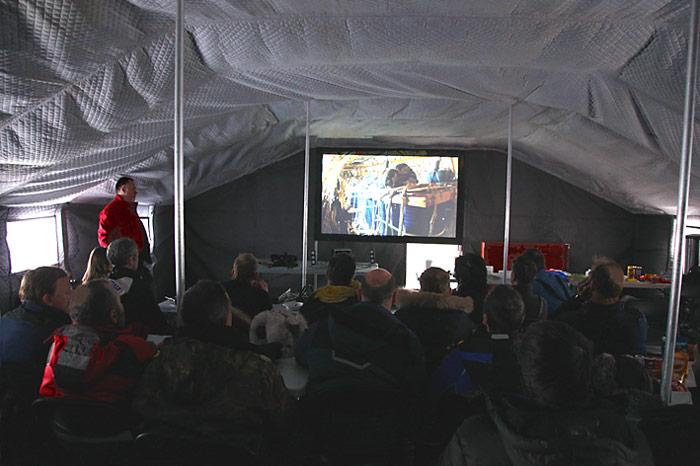 Die Filmpremier wurde in einem Zelt durchgeführt.