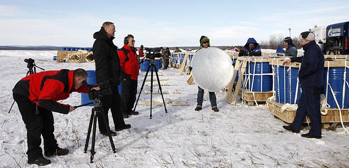 Interview in Murmansk beim Beladen der Iljuschin-76, v.l.n.r. Heiner Kubny, Alexey Zhdanov, Werner Breiter, Simon Usteri und Logistik-Chef Dimitry Glagolev.
